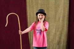 Geschokte jonge actrice die hoed dragen Royalty-vrije Stock Afbeelding