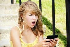 Geschokte jonge blonde lezingstekst Stock Afbeeldingen