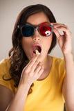 Geschokte jonge vrouw die op 3D film letten Royalty-vrije Stock Fotografie