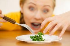 Geschokte jonge vrouw die op dieet zijn royalty-vrije stock afbeeldingen