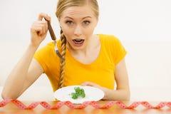 Geschokte jonge vrouw die op dieet zijn stock afbeeldingen