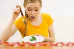 Geschokte jonge vrouw die op dieet zijn royalty-vrije stock foto's