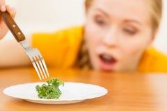 Geschokte jonge vrouw die op dieet zijn stock fotografie