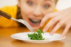Geschokte jonge vrouw die op dieet zijn royalty-vrije stock foto