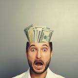 Geschokte jonge zakenman met geld Royalty-vrije Stock Fotografie
