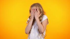 Geschokte leuk preteen meisje het piepen door vingers, onverwachte verrassing, promo stock footage