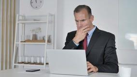 Geschokte Midden Oude Zakenman Verbaasd Working op Laptop, stock footage
