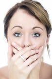Geschokte Pijnlijke Jonge Vrouw met Handen die haar Mond behandelen Stock Fotografie