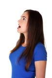 Geschokte tienervrouw die omhoog kijkt Stock Foto's