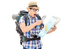 Geschokte toerist die een kaart bekijkt Stock Afbeelding