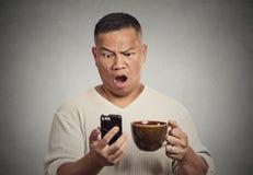 Geschokte verraste mens met het brede open nieuws van de mondlezing op smartphone Royalty-vrije Stock Foto