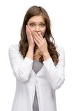 Geschokte vrouw die handen bij hoofd en mond het behandelen zetten Stock Afbeeldingen