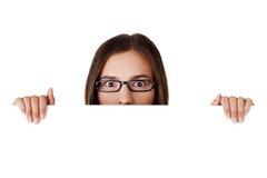 Geschokte vrouw die lege raad houdt Stock Foto's