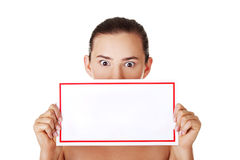 Geschokte vrouw die lege raad houdt Stock Afbeeldingen
