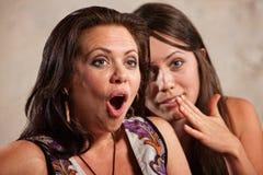Geschokte Vrouw en Fluisterende Vriend Stock Afbeeldingen