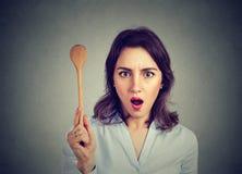 Geschokte vrouw met het koken van lepel royalty-vrije stock foto