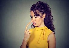 Geschokte vrouw met lange neus Leugenaarconcept Royalty-vrije Stock Foto