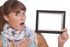 Geschokte vrouw met leeg fotoframe Royalty-vrije Stock Afbeeldingen