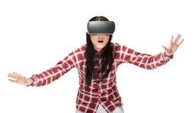 Geschokte vrouw in VR die en in cyberspace spelen reizen royalty-vrije stock foto