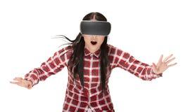 Geschokte vrouw in VR die en in cyberspace spelen reizen stock foto's