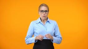 Geschokte vrouwelijke werknemer die droevig, het werkprobleem, projectmislukking, fout kijken stock video