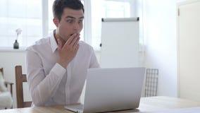 Geschokte Zakenman Verbaasd Working op Laptop, stock footage