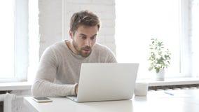 Geschokte Zakenman Verbaasd Working op Laptop, stock videobeelden