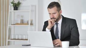 Geschokte Zakenman Verbaasd Working op Laptop, stock video