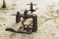 Geschommel houten op het strand Stock Foto