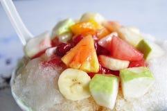 Geschoren ijs met smaakstof en fruit Royalty-vrije Stock Afbeelding
