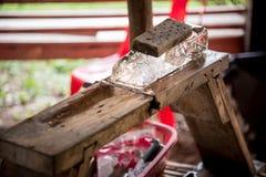 Geschoren ijs in Thaise stijl, een ijs op houten met plak van iro Stock Afbeeldingen