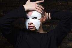 Geschoren jong model in masker stock fotografie