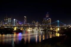 Geschoss-Brücke und Brisbane-Stadt mit Boot beleuchtet Lizenzfreies Stockfoto