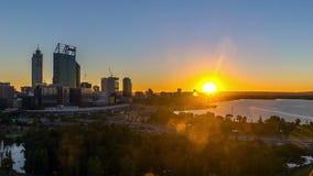 Geschossen auf Kennzeichen II Canons 5D mit Hauptl Linsen Sonnenaufgang an den Perth-Stadtskylinen, Australien stock footage