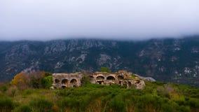 Geschossen auf Kennzeichen II Canons 5D mit Hauptl Linsen Wolken, die gegen den Berg, alte Festung des Vordergrunds sich bilden stock video