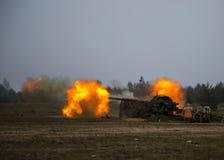 Geschossen vom Artilleriefeuer mit Blitz Lizenzfreie Stockbilder