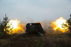Geschossen vom Artilleriefeuer mit Blitz Lizenzfreie Stockfotos