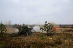 Geschossen vom Artilleriefeuer mit Blitz Lizenzfreies Stockfoto