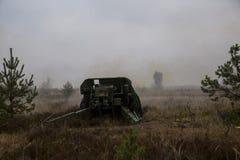 Geschossen vom Artilleriefeuer mit Blitz Stockfotos