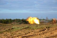 Geschossen vom Artilleriefeuer mit Blitz Lizenzfreie Stockfotografie