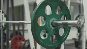 Geschossen vom Barbell in der Turnhalle stock video footage