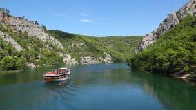 Geschossen vom Boot, das vorbei auf den Krka-Fluss-Croa überschreitet stock video footage