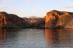 Geschossen vom Canyon See, der heraus zu den vier Spitzen gerade außerhalb Apache-Kreuzung, Arizona schaut lizenzfreies stockbild