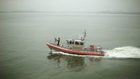 Geschossen vom Küstenwacheschiff stock footage