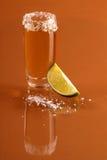 Geschossen vom Tequila mit Kalk Stockbild