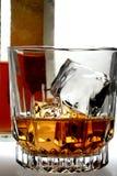 Geschossen vom Whisky und von der Flasche Stockfoto