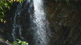 Geschossen von einem natürlichen Wasserfall stock video footage