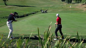 Geschossen von einem Paar auf einem Golfplatz, der Golf und das Gewinnen spielt stock video