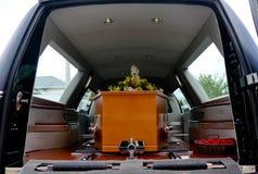 Geschossen von einer bunten Schatulle in einem Leichenwagen oder von der Kapelle vor Begräbnis oder Beerdigung auf Kirchhof stockfoto