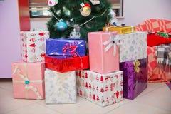 Geschossen von einer Gruppe Kästen mit Geschenken unter einem verzierten Weihnachtsbaum Weihnachtsspielen dekorative Geschenkspie lizenzfreie stockfotografie